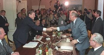 Gorbachev_and_Reagan_1985-9