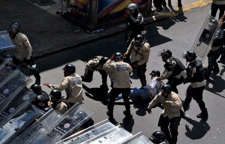 Venezuelan National Police arrest a student protestor during February 2014 political opposition demonstrations in Caracas. (Flickr/Diariocritico de Venezuela)