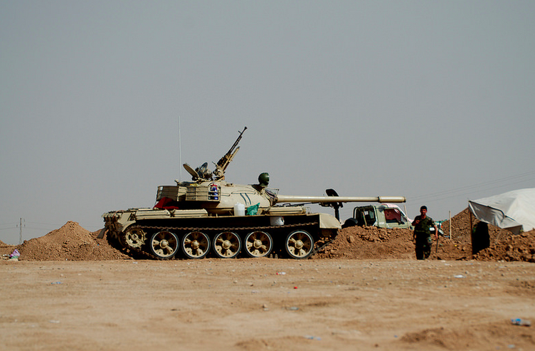 Kurdish Peshmerga tank engaged near IS territory. 2014. (Enno Lenze, Wikipedia Commons)