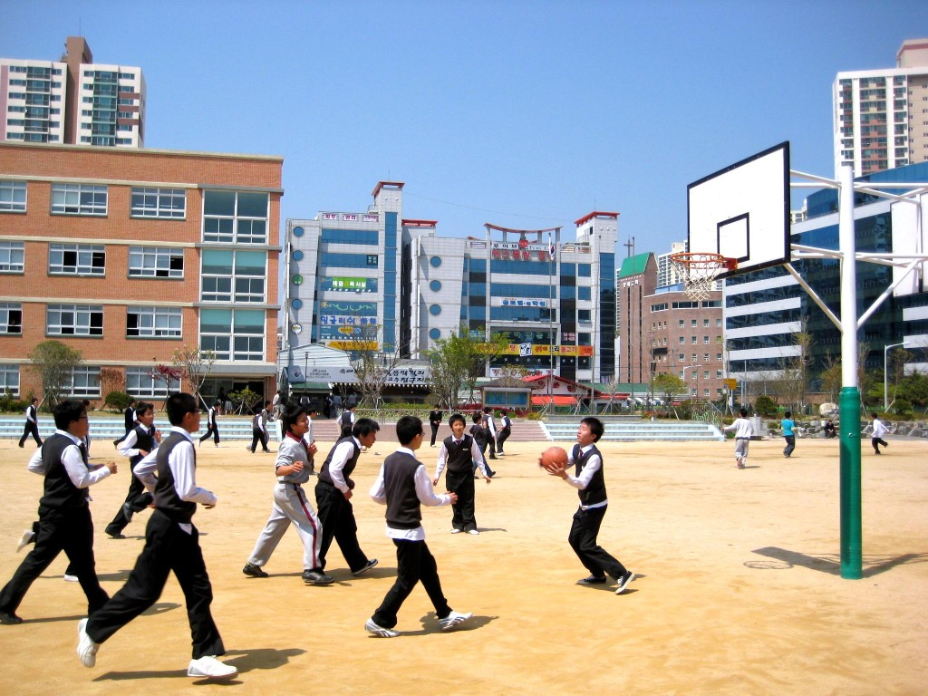 A group of South Korean students playing basketball at Busan Doosong Middle School. December 2008. (Samuel Orchard/Wikimedia Commons)