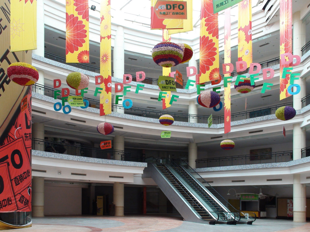 The New South China Mall in Guangdong is the largest mall in the world, yet is almost completely empty. February 13, 2010. (David290/Wikimedia Commons)