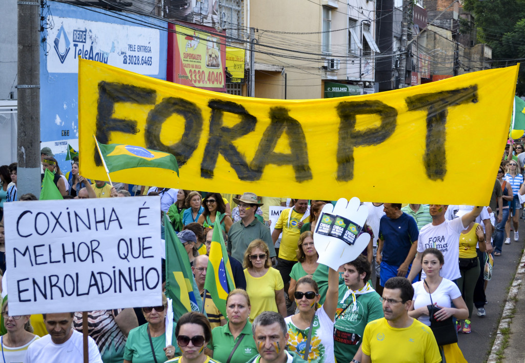 Brazilians take to the streets to protest the Worker's Party's (Partido dos Trabalhadores) policies and agitate for the impeachment of President Rousseff. (Editorial J/Flickr).