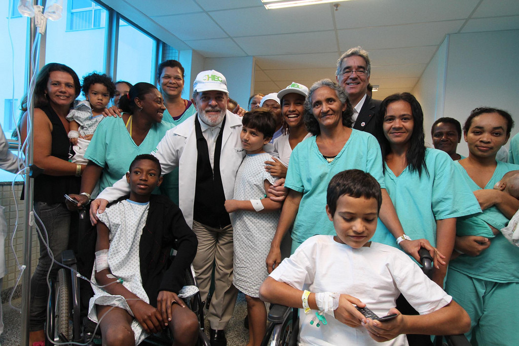 Former President Lula, beloved by the Brazilians for his expansive social policies and concern for the welfare of the people, visits a children's hospital in Asa Norte, Brasilia. (Fotos GOVBA/Flickr).